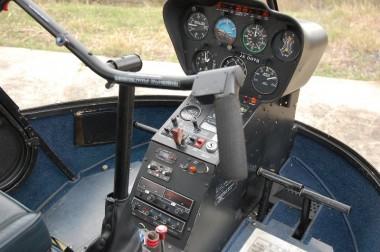 右側が機長席、左が副操縦席(飛行機はこの反対)