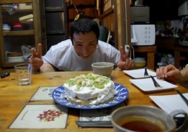 哲ちゃんの誕生日だったので有り合わせの材料で玲子さんがケーキを作る