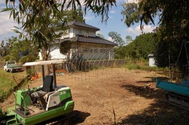 伐採後に竹の根等をバックホーで掘り起こす