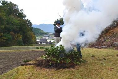 タバコと焚き火の煙で人間燻製