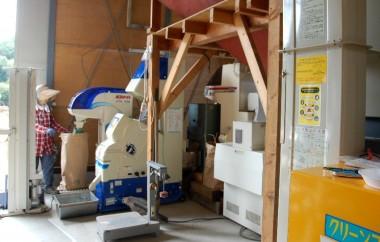 籾摺り作業の全景