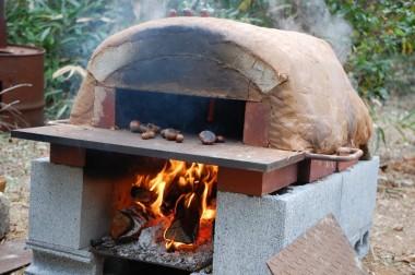 火を焚いて窯の温度を上げながら焼栗を