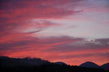 畑から見た夕日、昼間は快晴だった