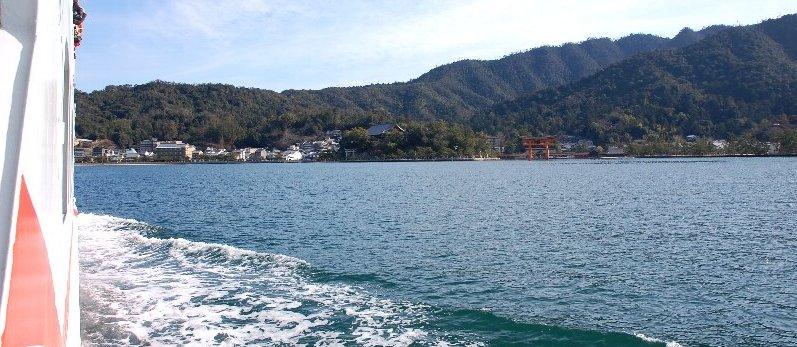 宮島の大鳥居の右奥あたりで仕事の予定があり現場の下見に行きます