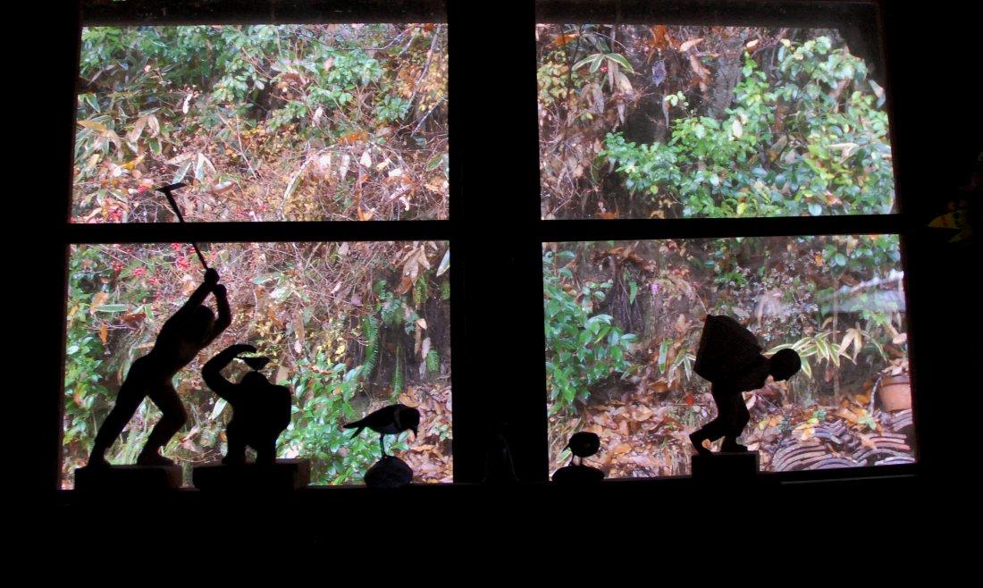 囲炉裏の部屋から窓越しの景色