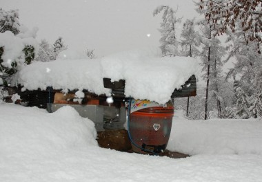 でも石窯も焼芋器も雪の下