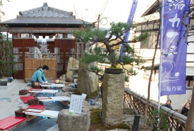 菊乃家さんの足湯を楽しんでいる観光客の方も