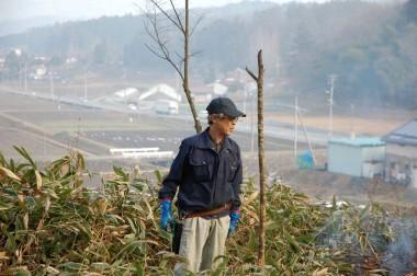 松さんが立っているのは周辺の田んぼや道路より20m高い丘の上