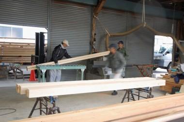 休憩小屋を建ててもらう大工さんの工場で柱加工の手伝い