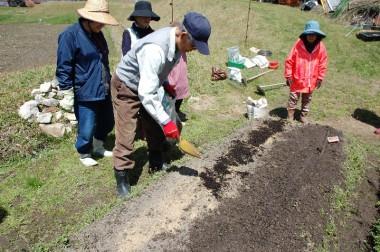 米ぬかボカシの上に腐葉土を置く