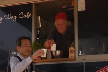 「ミルキーウェイ カフェ」のティムさんと広川さん、コーヒーが美味しかった