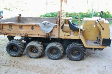 8輪駆動ダンプを整備してから田んぼの除草