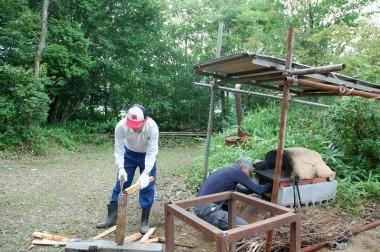 薪割りする人、火を焚く人、雨が降りそうなので急遽屋根を作った