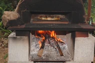 大活躍の石窯、最後にピザ生地だけをパンにして焼いたらなんと美味いこと!