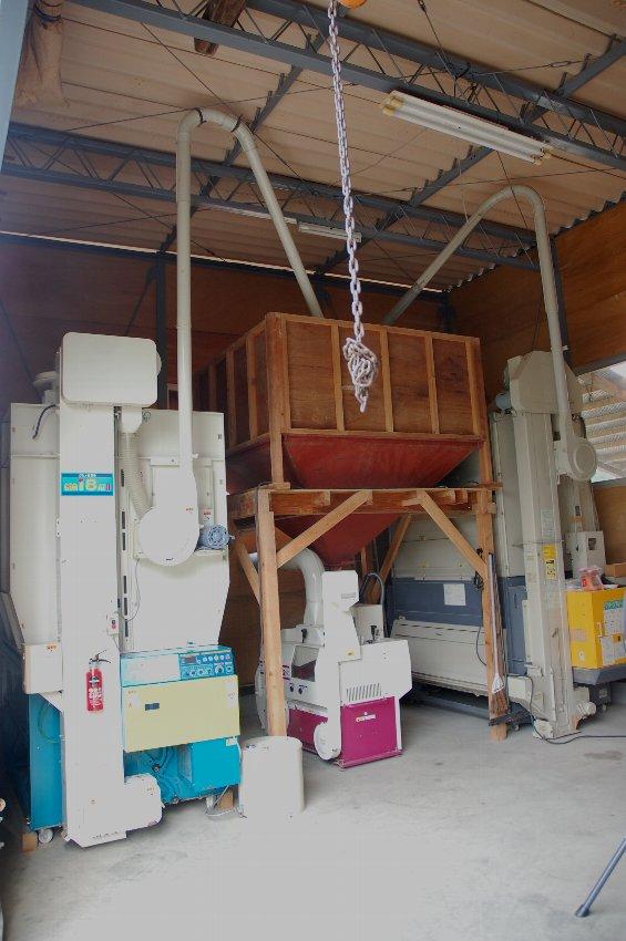 左側の乾燥機が今年から仲間入り、乾燥した籾は中央のタンクへ  タンクの下で籾摺りして玄米にします