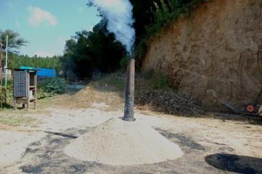 ③籾殻が燃えだしたら煙突を立てる