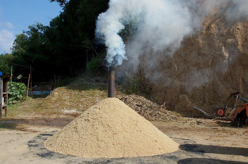 ④煙突が半分隠れる位籾殻をかける