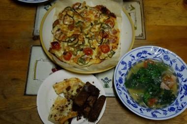 祭りの夜は台所のオーブンで焼いたピザとスープ デザートは残り物のケーキ「とうぶんの間ピザはいらん!」