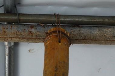 中央の縦柱は竹が割れて広がらない様に番線でハチマキ、その下に穴を開け、竹と天井を支えているパイプを番線止め