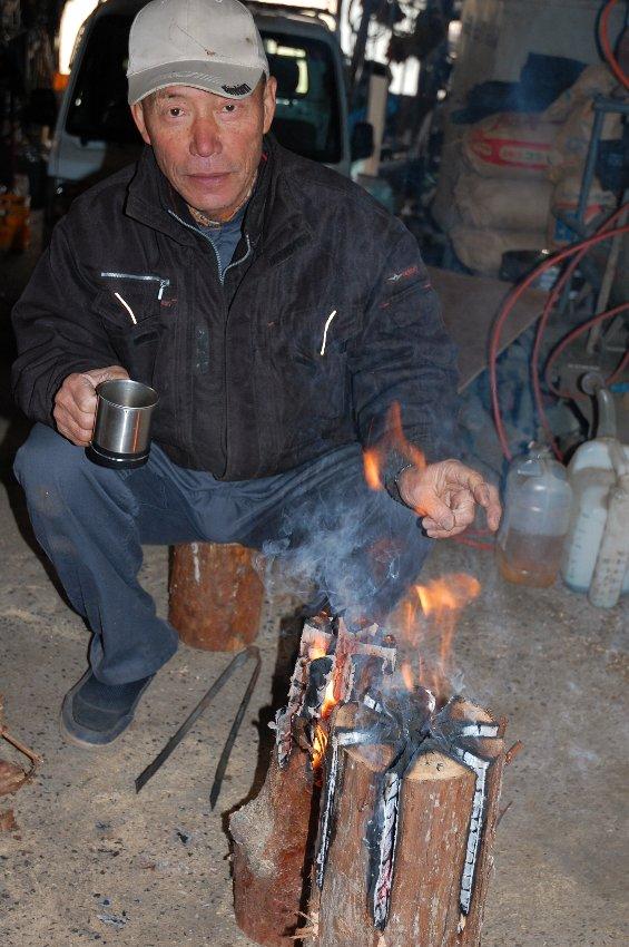 松さんと、松や桧を使って'丸太ストーブ'作り
