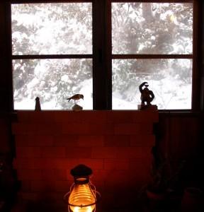 雪景色と春のツツジを観るために土壁を壊して窓に