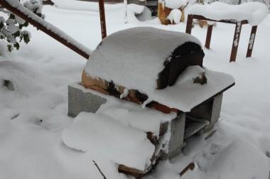 大活躍した石窯も雪をかぶる