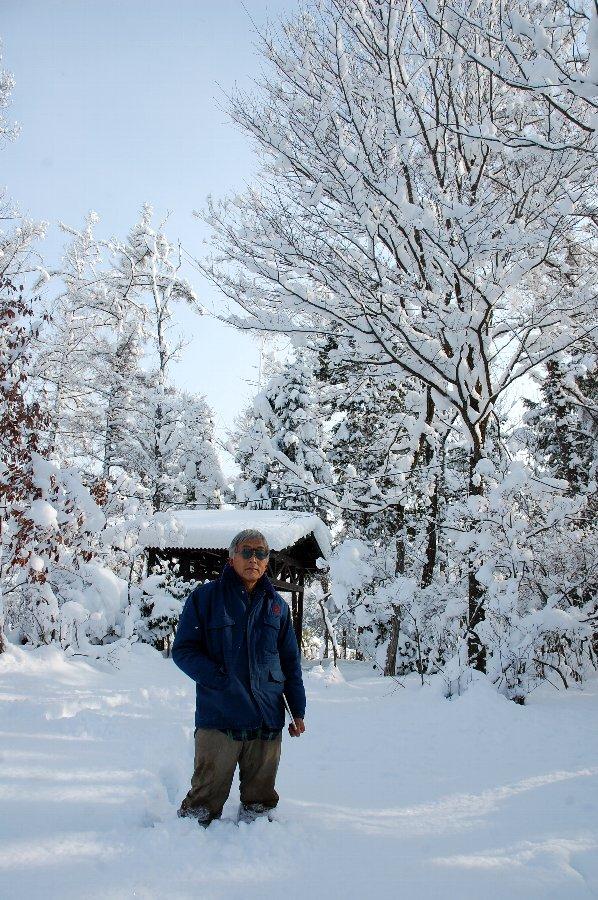 裏山では 足が長くてもこんだけ雪の中に入ります