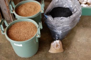 山土(マサ土)+燻炭+発酵鰹エキスの3種類を混合