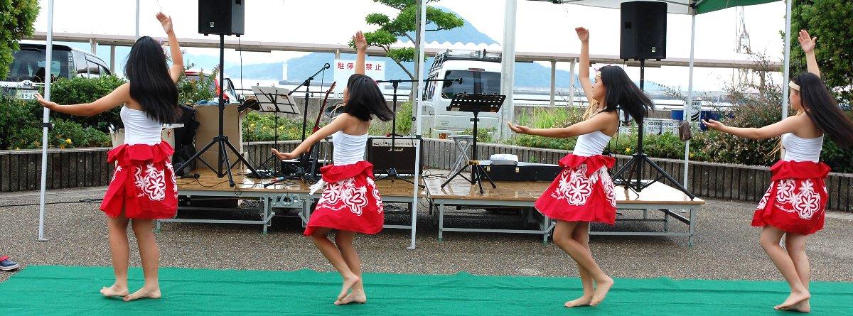 フラガールの向こうは広島湾に在る似島(ニノ島、別名を安芸の小富士)