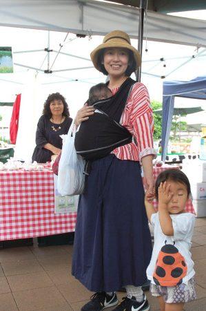 子供二人に荷物でも若いお母さんは元気!