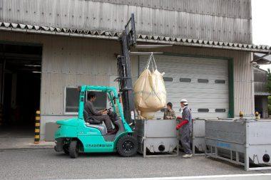 籾の搬入が多くなると建屋内へ直接入る