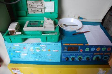 籾の乾燥状態は乾燥機の自動水分計と手持ちの水分計で確認する