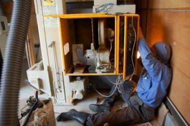 乾燥機の2台目は配線をネズミにかじられズタズタ状態