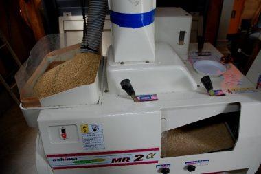 籾タンクから機械の左上に流し込みます