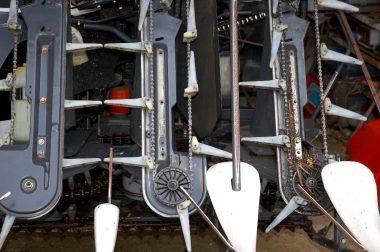 コンバインの刈取り部をメンテナンス、左は終り、中央は作業中、右はこれから