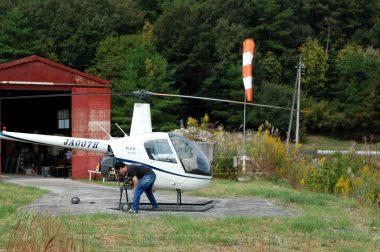 格納庫からヘリパッドに出して離陸前点検