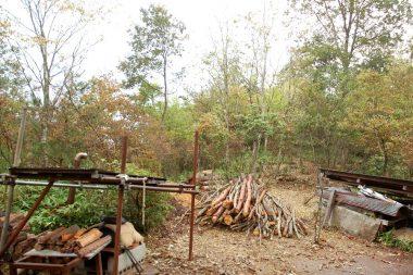 薪用の雑木を準備
