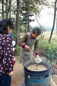 90人分の芋煮は二つの鍋で作った