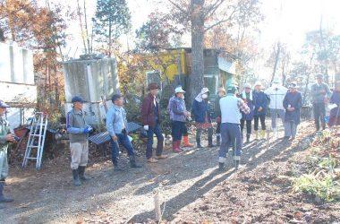 落ち葉堆肥の利用方法の説明を聞く
