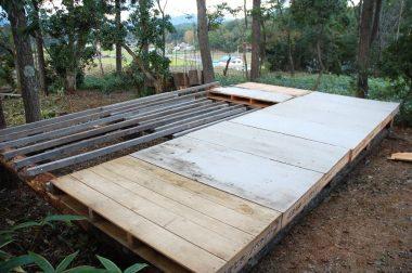 床材のパレットは、近所の会社から無償提供されたもの