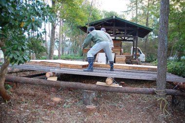 収穫祭当日のバンド演奏用のステージ作り、費用は、木ネジとカスガイ代のみ