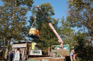 500ℓの水タンクを木立の中の会場へ