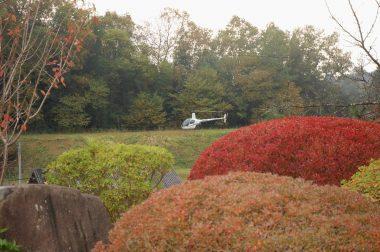 近くに見えるけど庭とヘリの間には町道や建物、畑などがある