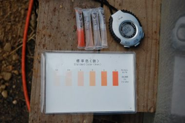 鉄分を多く含んだ水は試薬で赤くなっている