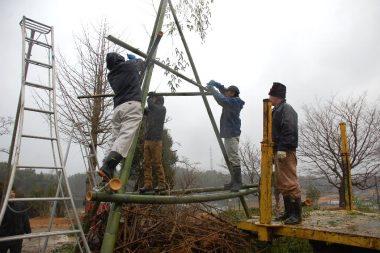 燃えやすい物を置いてから竹でやぐらを組み、そこに竹を立てかけます
