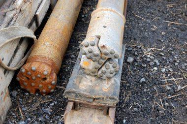 掘削の先端、右は崩壊防止パイプを挿入する時に、孔壁が崩れなくなったら左のビットと入れ替えて掘削