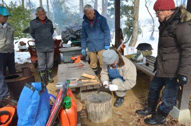 機械のメンテナンスに使う竹ベラを各自で作るところから