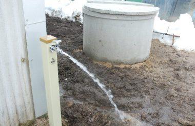 コンクリーの井側の中に水中ポンプの制御装置が入っている、ポンプは地下50m