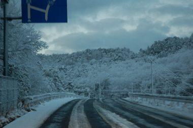 あさ6時半に千代田を出発、54号線の上根峠に出るまでは雪景色