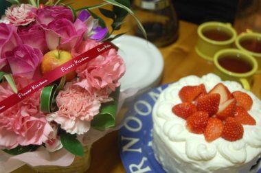 子供達は 花やケーキ等のプレゼント 私ゃいただくだけ!